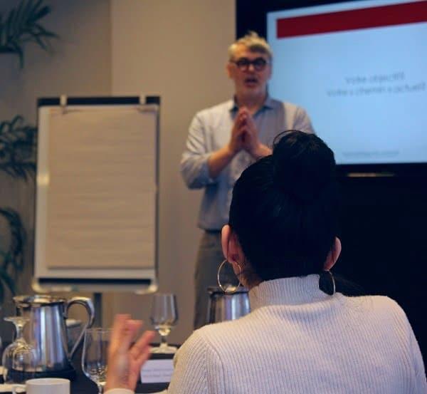 Étienne Denis lors de la formation Rédaction web. Un formateur en rédaction UX et un formateur en rédaction web, SEO et UX!