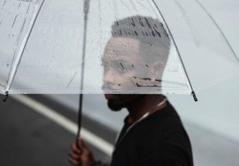 Qualité contenu - consultant avec un parapluie