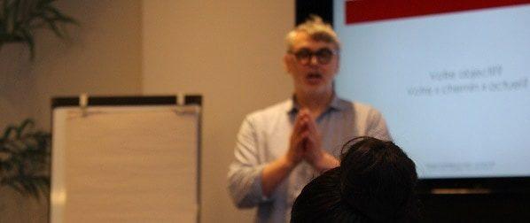 Étienne Denis qui discute rédaction web Formation chez Grenier Formations